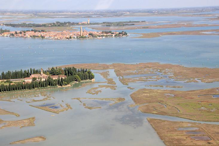 Vista aérea con la isla de Burano al fondo