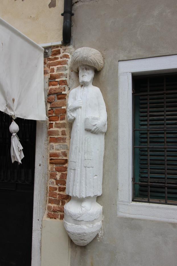 Detalle estatua de uno de los tres moros