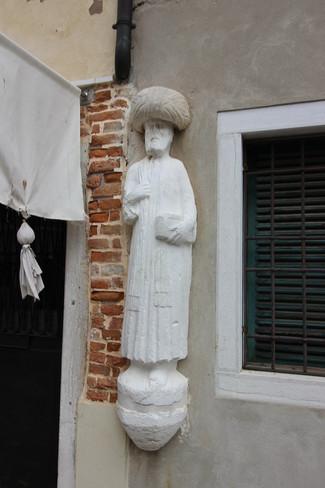Detalle estatua criado