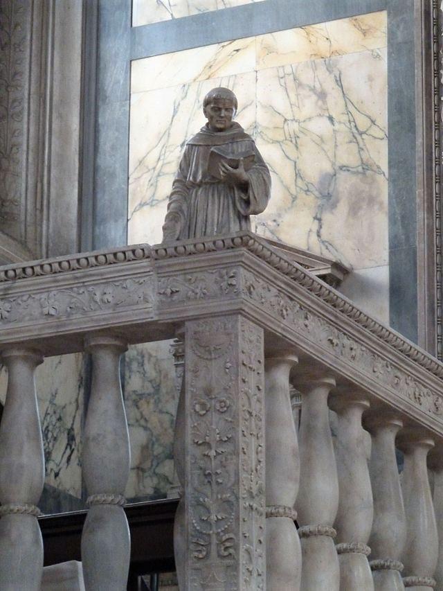 Detalle de una de las estatuas de Pietro Lombardo
