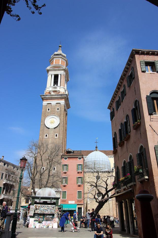 La iglesia y su campanario