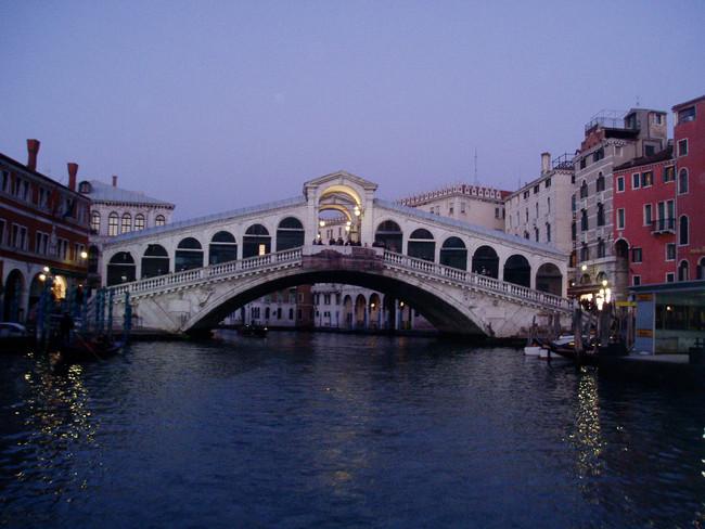 Puente de Rialto anocheciendo