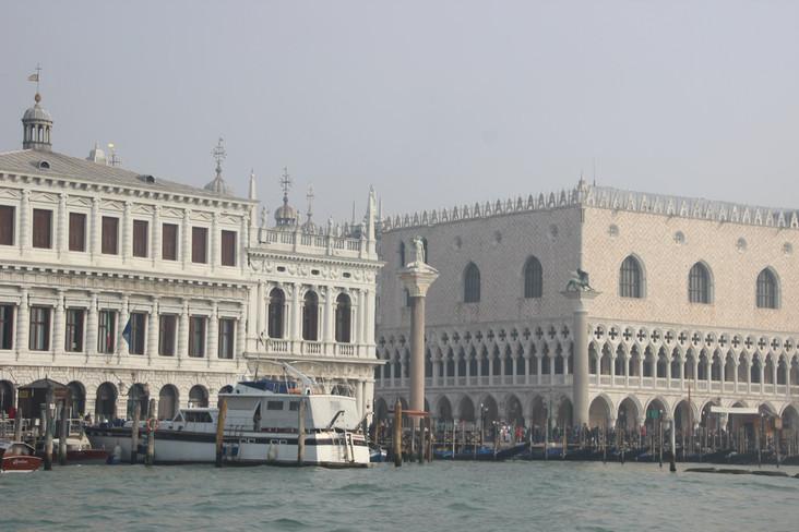 Las columnas con el Palacio Ducal