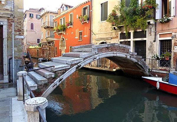 El puente Chiodo, único puente sin barandillas de los más de 400 que hay en Venecia