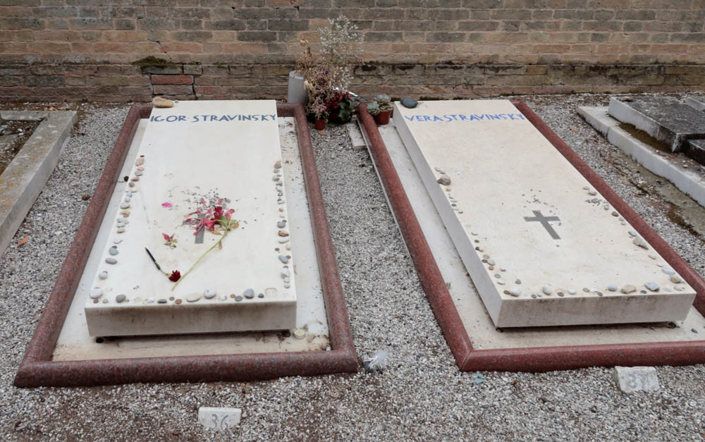 La tumba del compositor Stravinski y su segunda esposa