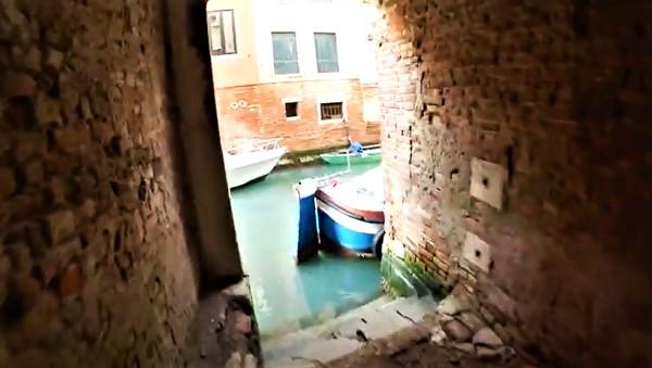 Salida directa de la calle a un canal