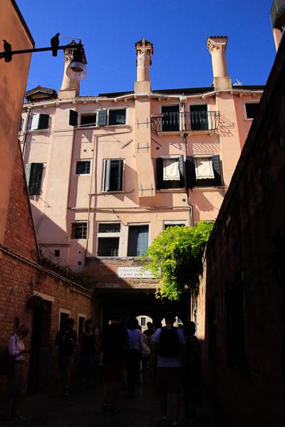 La casa que albergaba el Casin dei Bobili, encima del pasadizo