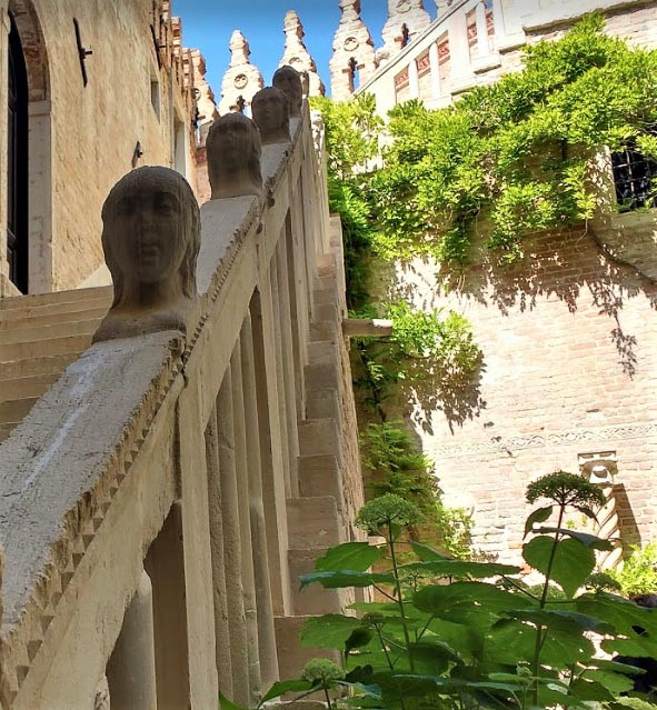 La escalera con cabezas antropomorfas sobre el pasamanos