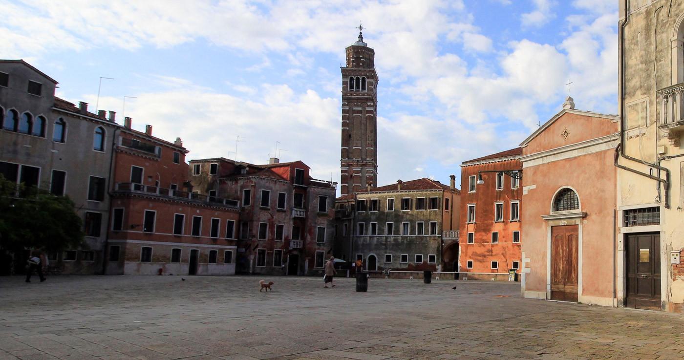 Vista panorámica con el campanario de San Stefano