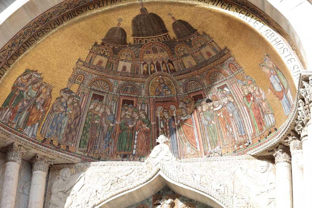 La historia del robo de las reliquias de San Marcos en el mosaico sobre la entrada izquierda de la Basílica de San Marcos