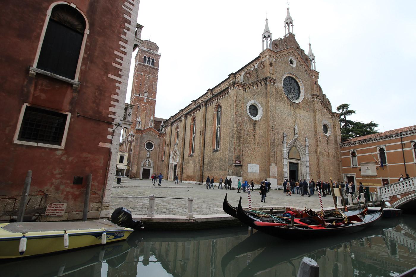 El rio dei Frari con la fachada y el campanario a la izquierda