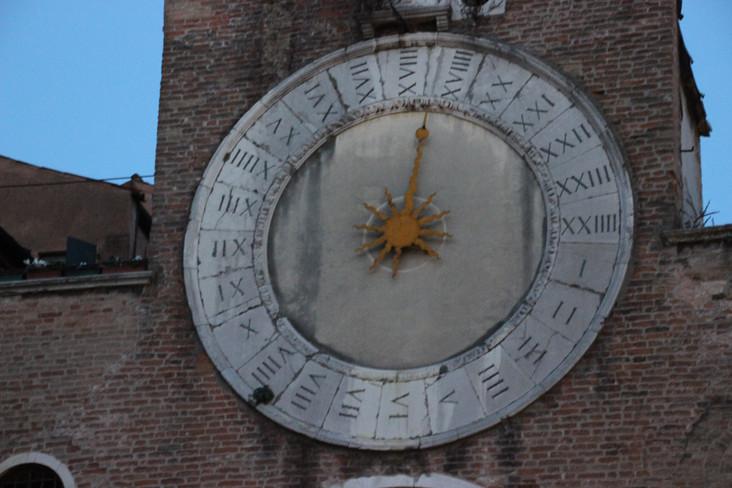 el curioso Reloj de la fachada
