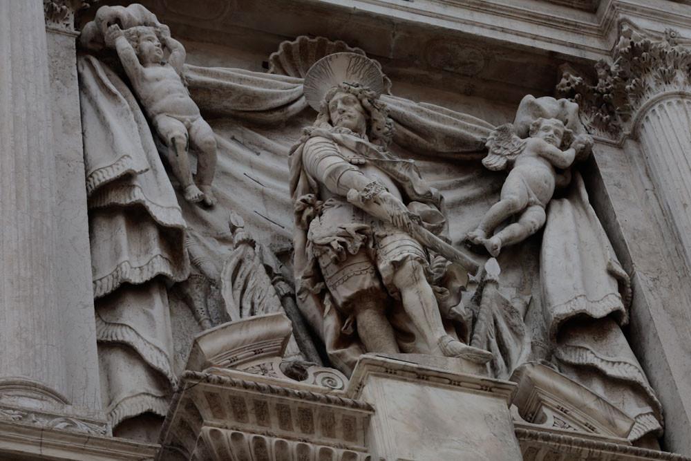 Antonio Barbaro en la fachada de la iglesia