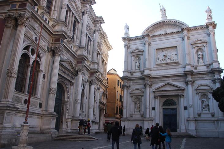 Entrada principal. En un lateral la Scuola San Rocco