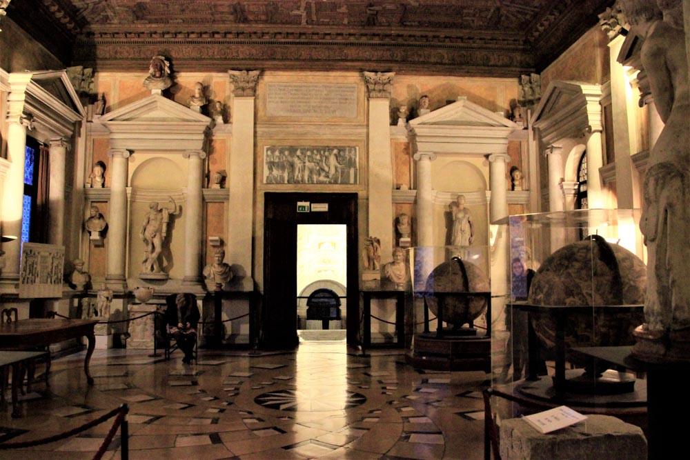 Aquí encontraréis un globo terraquo de más de 2 metros de diámetro, del siglo XV (una de las salas monumentales de la librería Marciana)