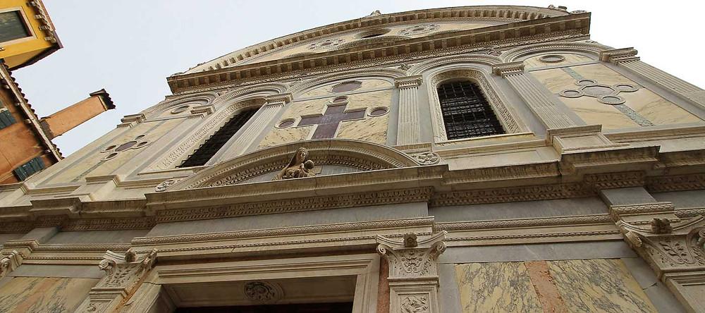 La luneta de la Virgen con el Niño, que asoma desde arriba, del escultor Giovanni Giorgio Lascaris
