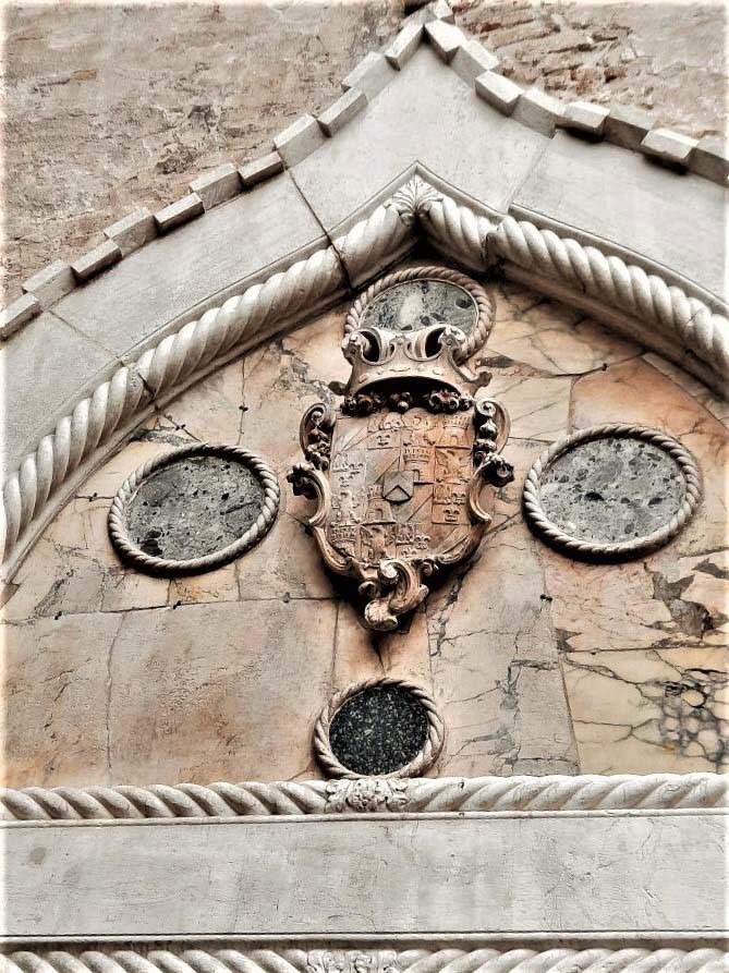La luneta con el escudo de la familia Van Axel