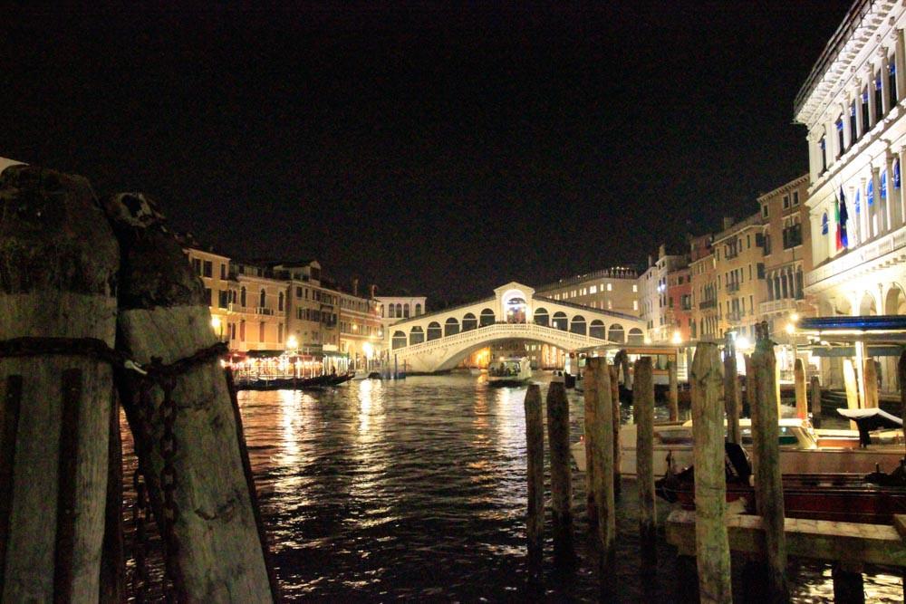 Navegando de noche en góndola por el Gran Canal