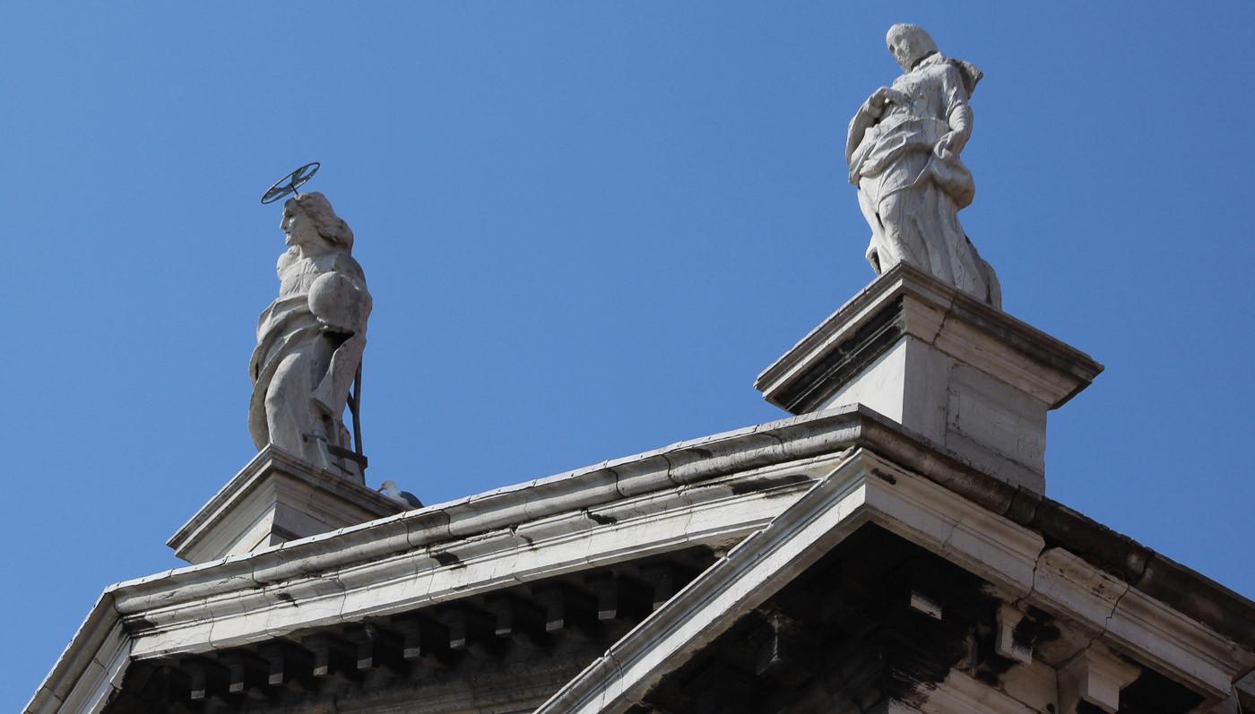 Detalle superior fachada