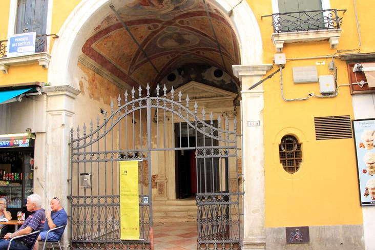Entrada a la iglesia a través del arco