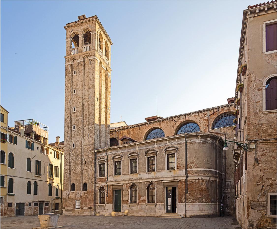 El campanario y la plaza de San Silvestro