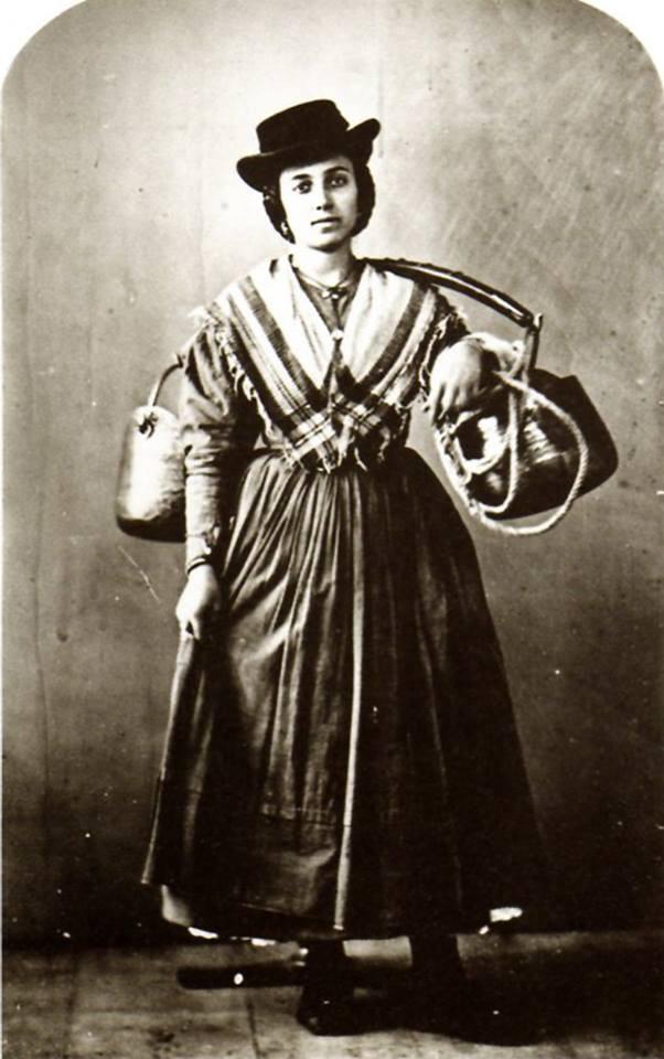 Aguadora, foto de Carlo Naya (1816-1882)