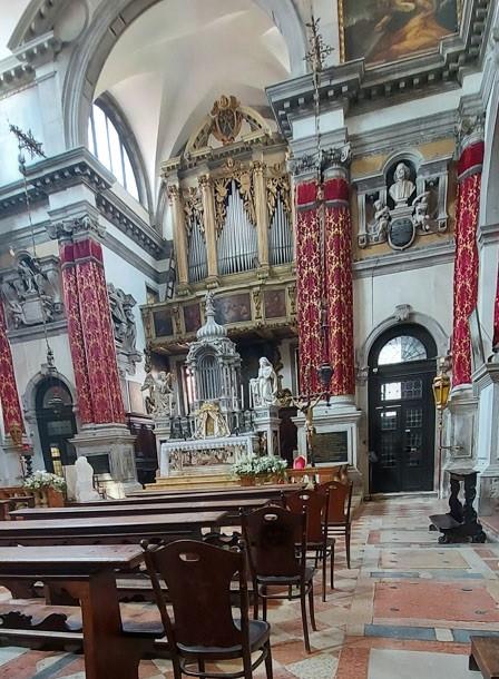 Interior de la iglesia. Telas rojas de Bevillacqua