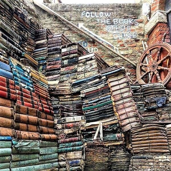 La escalera de libros de la parte trasera de la librería Aqua Alta