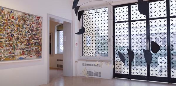 Sala con la escultura de Alexander Calder