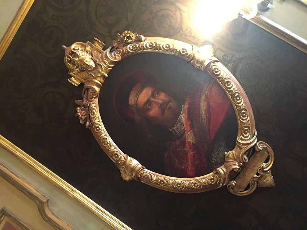 Su retrato también cuelga de las paredes de la sala de personajes ilustres en el Cafe Florian