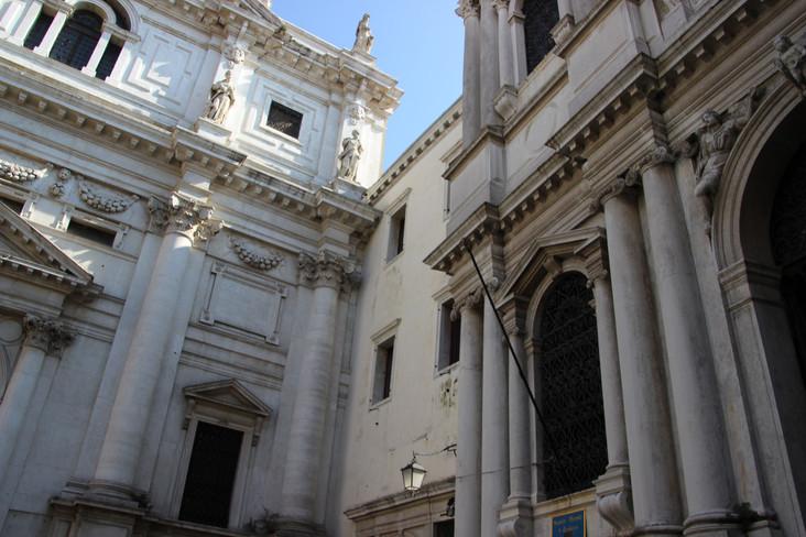 Al lado de la entrada, está la Scuola Grande de San Teodoro