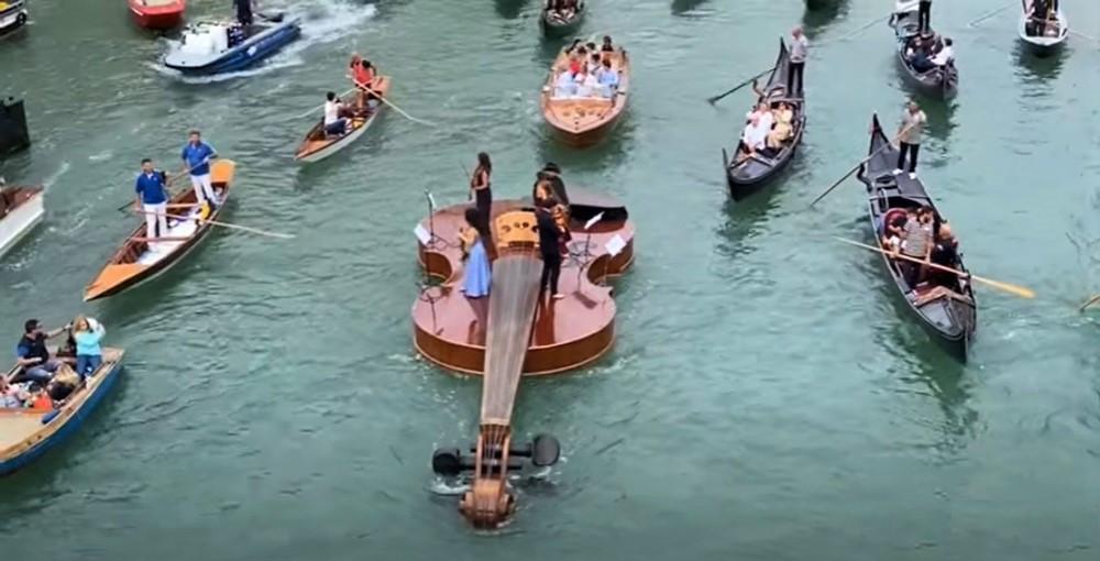 La orquesta sobre el violín de Noe en el Gran Canal