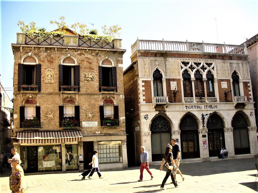 Campiello dell'Anconeta con el supermercado a la derecha y el palacio dell'Anconeta a la izquierda