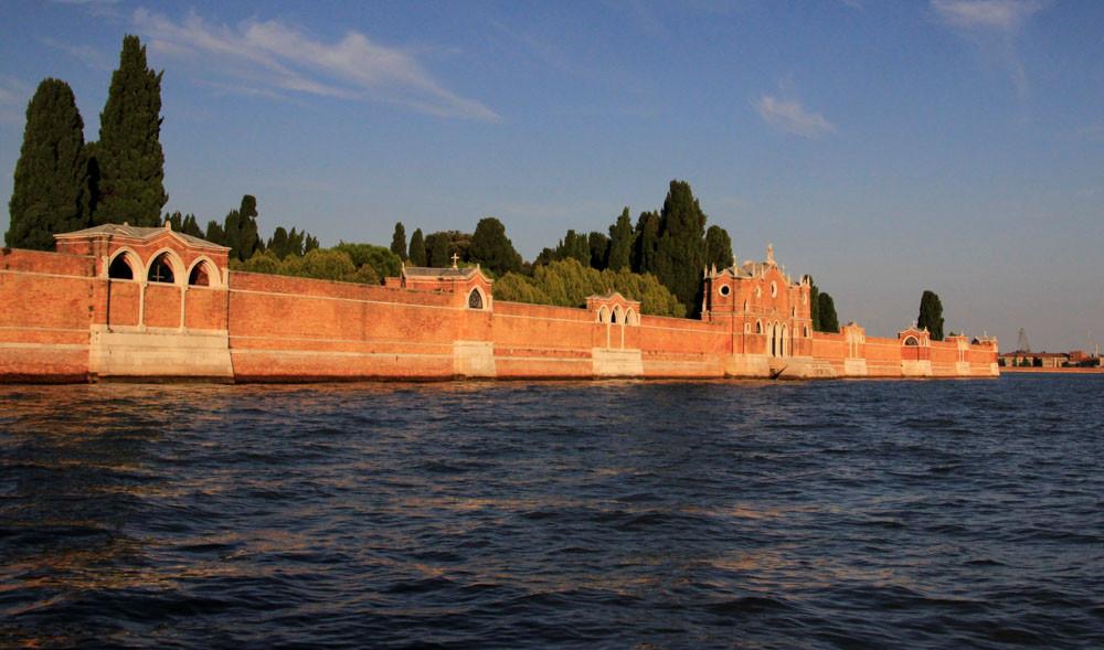 Los muros rojizos que rodean la isla de San Michele