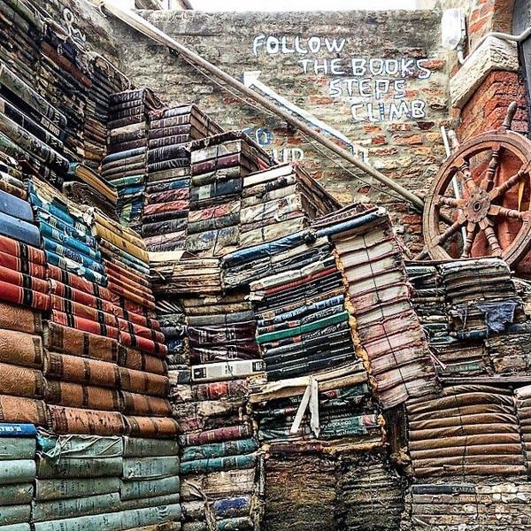 La escalera de libros para subir a la terraza