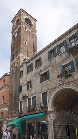 la iglesia insertada en un edificio y campanario