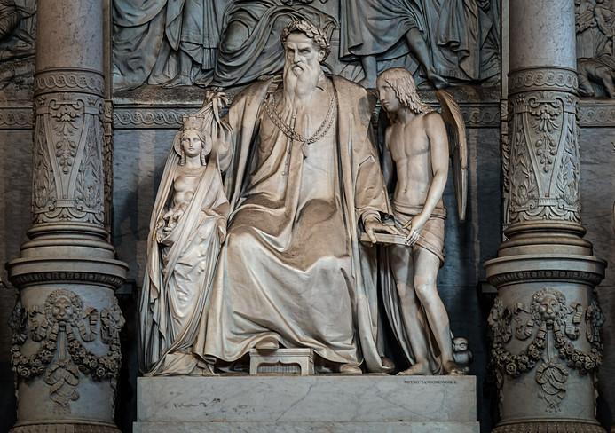 Monumento a Tiziano. La estatua principal es Tiziano coronado con laureles