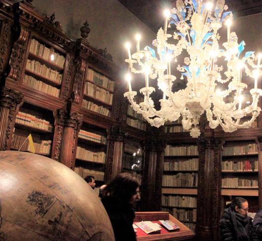 La biblioteca y los globos terráqueos