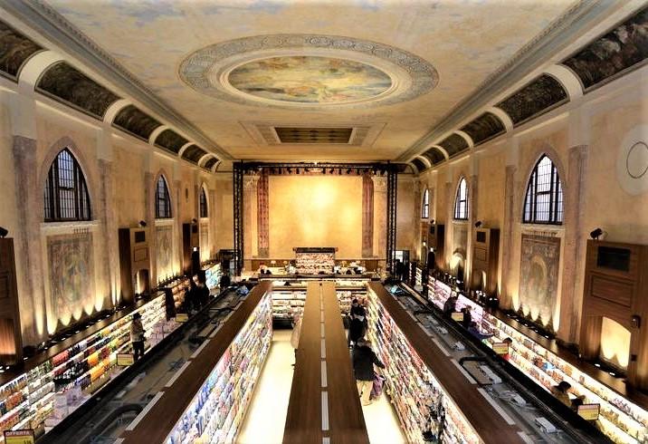 Teatro Italia. El interior del supermercado con estucos y frescos
