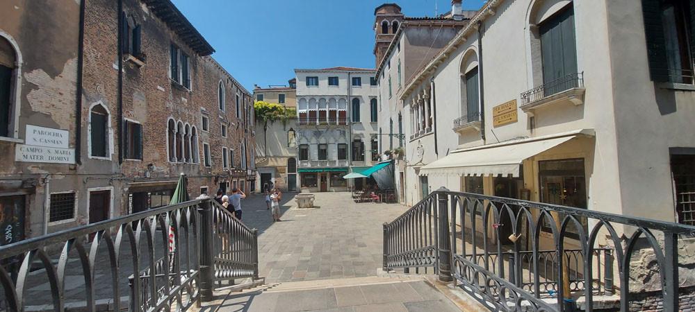 La plaza de ventanas renacentistas de Santa María Mater Domini