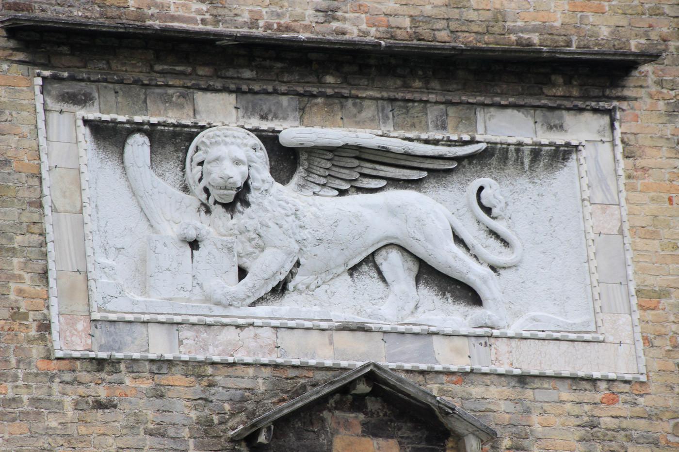 El león alado de San marcos, símbolo de la ciudad en la fachada