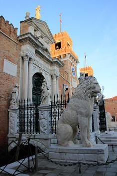 """El león de la izquierda tiene varios grabados en el cuerpo, unos """"graffitis"""""""