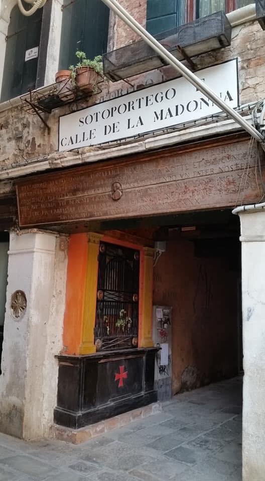 Sotoportego de la Madona, con el símbolo templario