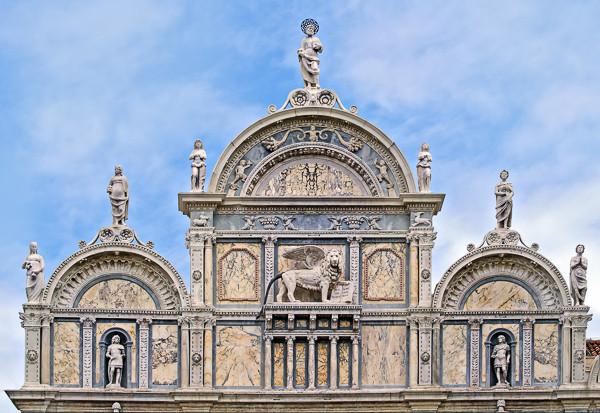 Detalle de uno de los leones de la fachada. Foto: Didier Descouens, CC BY-SA 4.0 <https://creativecommons.org/licenses/by-sa/4.0>, via Wikimedia Commons