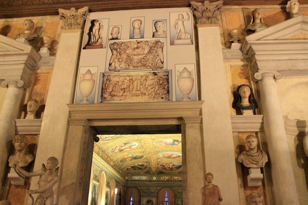 Museo arqueológico. Al fondo en el techo del pasillo podrás admirar veintiún retratos, obras de siete artistas, tres de los más conocidos son de Paolo Veronese.