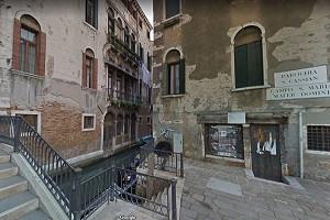 Lugares escondidos: 2. Las ventanas renacentistas de la plaza de Sta. Mª Mater Domini