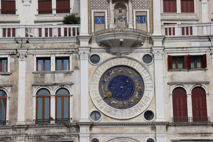 Detalle del reloj y Virgen con el niño Jesús