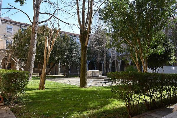 Jardín. Tajchman Maria, CC BY-SA 4.0 <https://creativecommons.org/licenses/by-sa/4.0>, via Wikimedia Commons