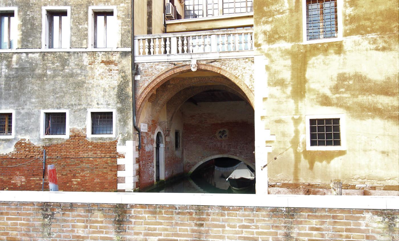 El ábside de la iglesia que hace de puente