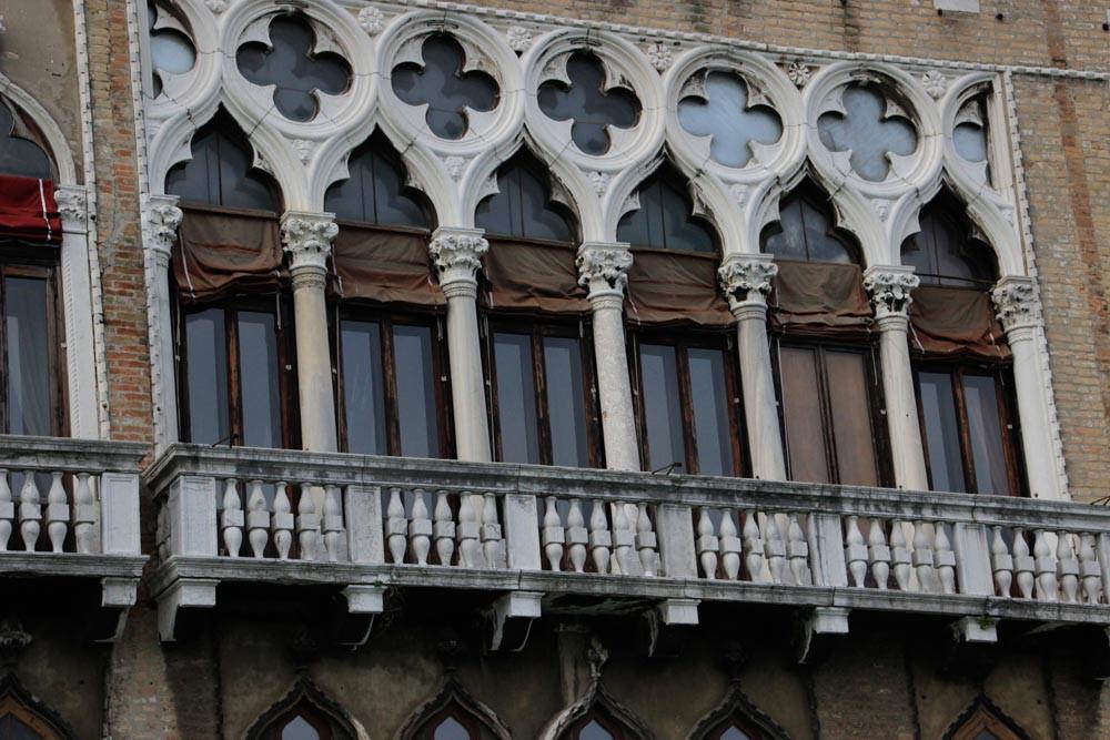 Detalle de la balconada del segundo piso